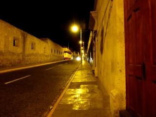 Linda calle vacía en la noche.